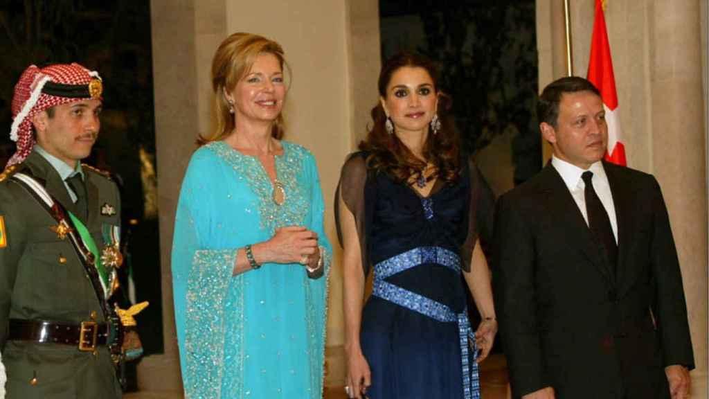 De izquierda a derecha, Hamzah, la princesa Noor y los reyes jordanos Rania y Abdalá.