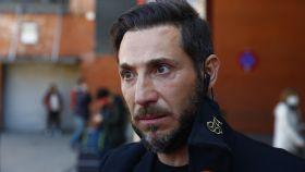Antonio David Flores atendiendo a la prensa a su llegada a Atocha.