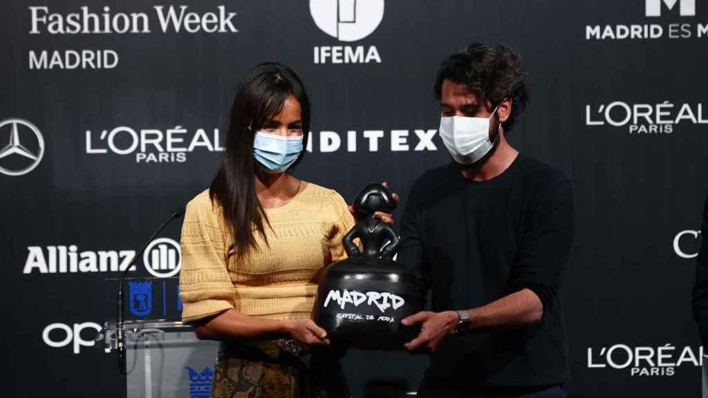 Villacís haciendo entrega a Moisés Nieto del premio Madrid Capital de la Moda 2020.
