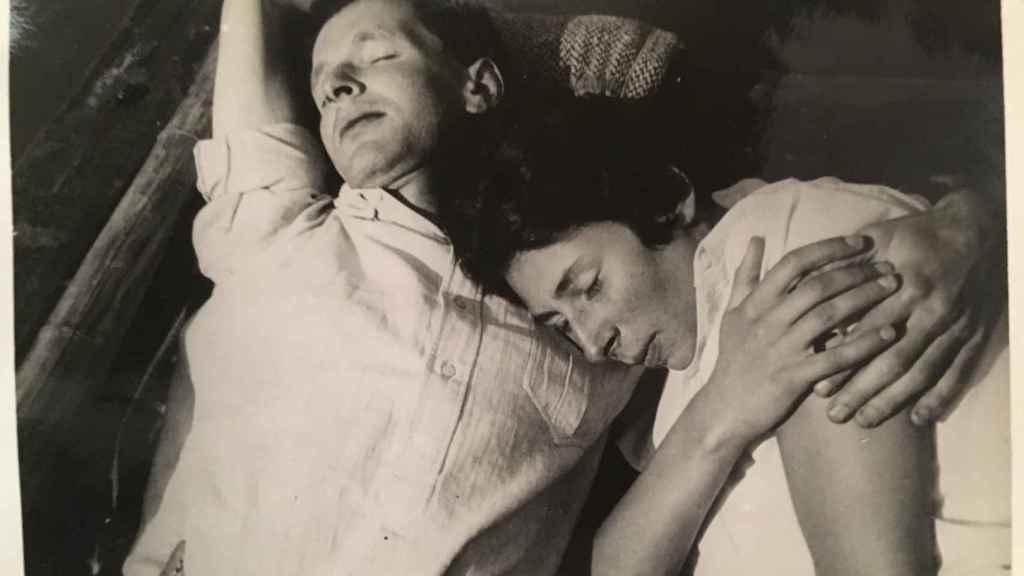 Rudi y Ursula, durmiendo después de un pícnic justo antes de la partida de ella hacia Moscú.