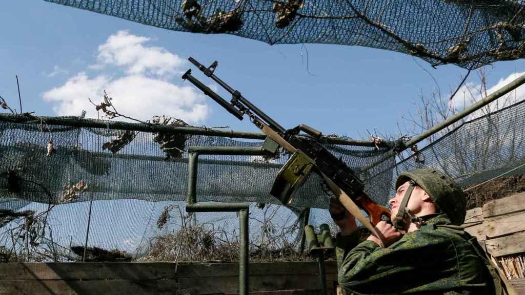 Un miembro de las fuerzas armadas de Ucrania apunta con su arma en Donetsk.