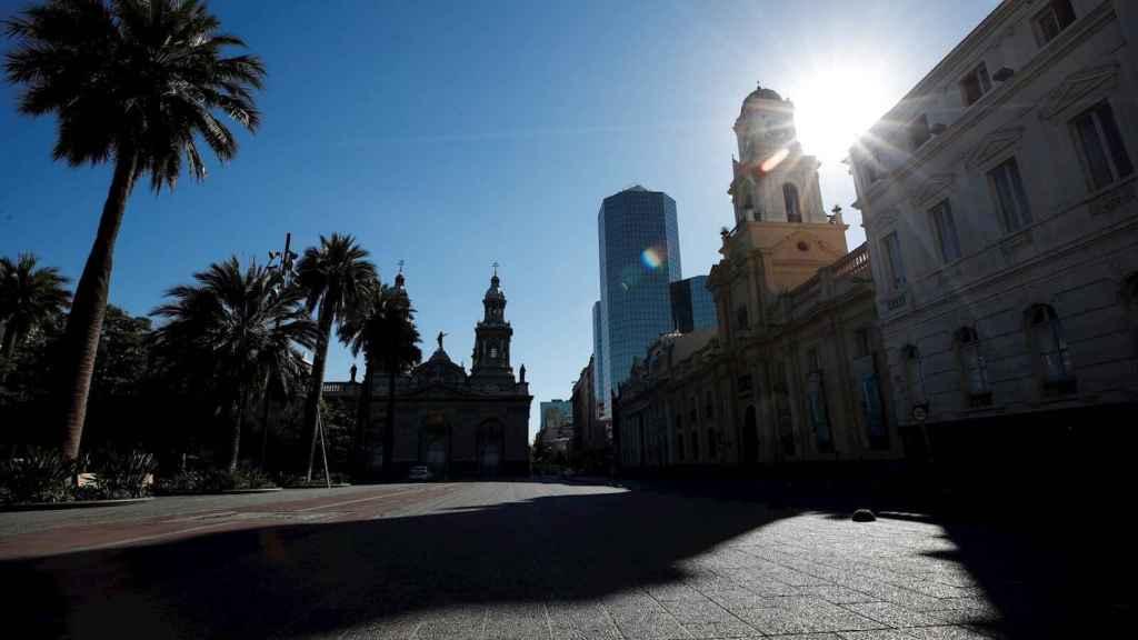 La Plaza de Armas de Santiago de Chile vacía durante la cuarentena obligatoria. EFE/Alberto Valdés