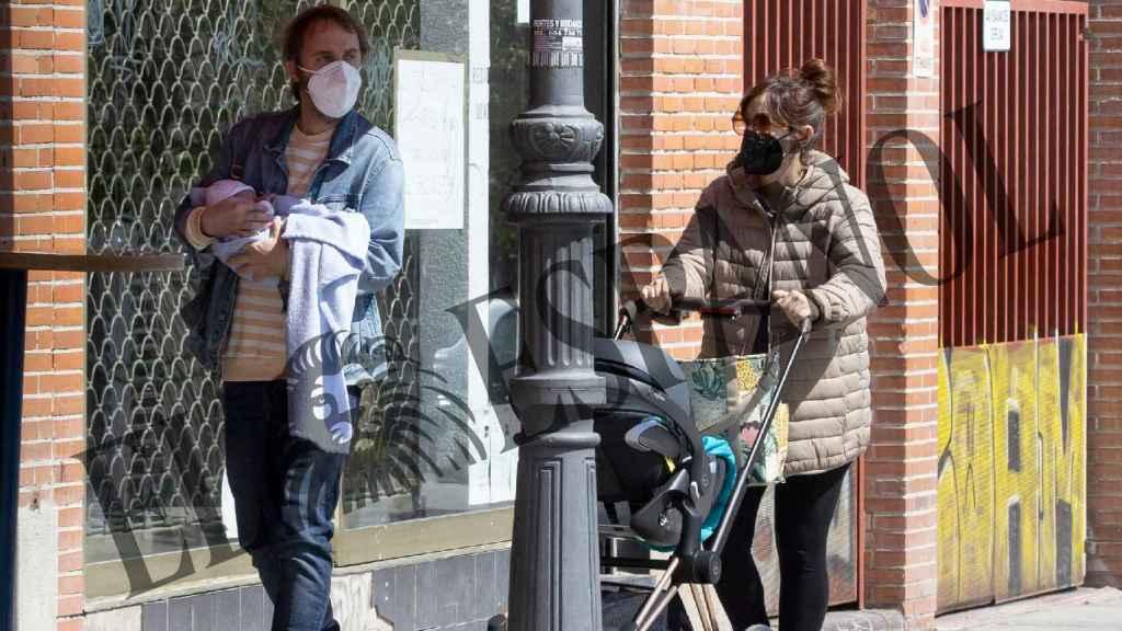 Ana Morgade y su pareja, Pablo Martín, junto a su hija Martina en el centro de Madrid.