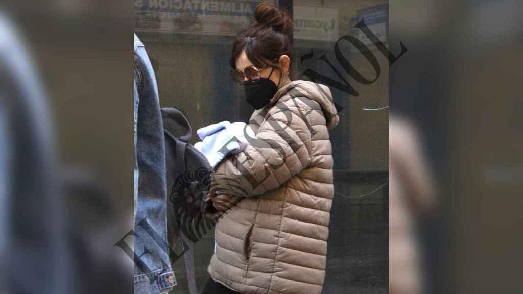 Ana Morgade contemplando a su hija mientras la sostiene en brazos.