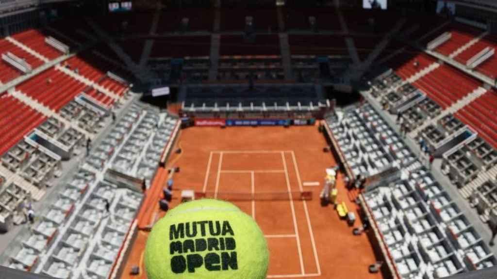 Una bola del Mutua Madrid Open y la pista central de la Caja Mágica