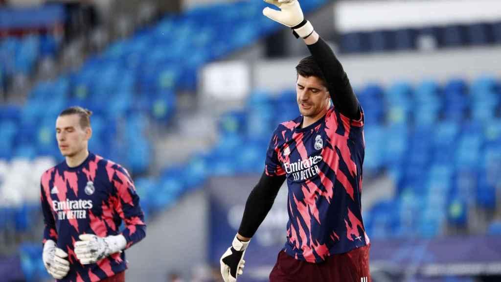 Lunin y Courtois, durante el calentamiento del Real Madrid