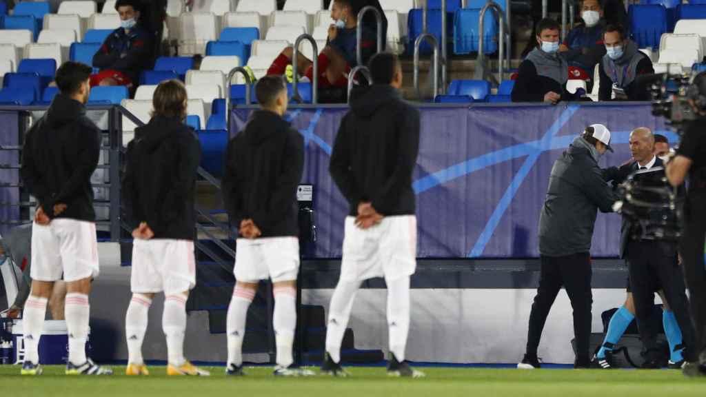 Los jugadores del Real Madrid escuchan el himno de la Champions mientras Klopp y Zidane se saludan