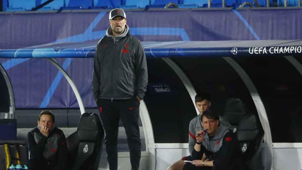 Juergen Klopp sigue el Real Madrid - Liverpool desde la banda del Alfredo Di Stéfano
