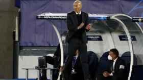 Zinedine Zidane sigue el Real Madrid - Liverpool desde la banda del Alfredo Di Stéfano
