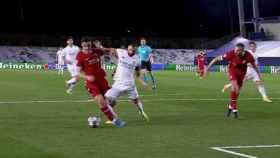 El Real Madrid reclamó penalti sobre Karim Benzema no pitado