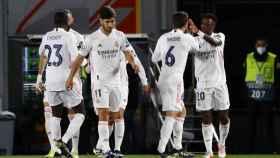 Los jugadores del Real Madrid felicitan a Vinicius por su gol al Liverpool