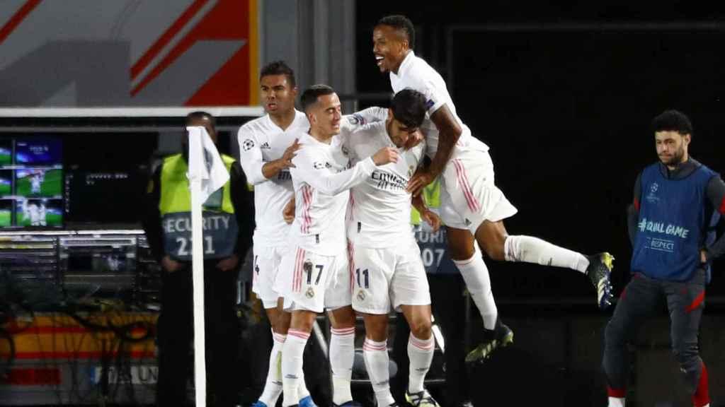 Los jugadores del Real Madrid celebran el gol de Asensio al Liverpool