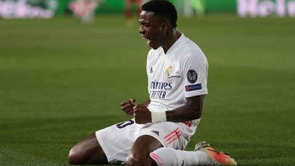 Vinicius Júnior celebra su gol con el Real Madrid de rodillas