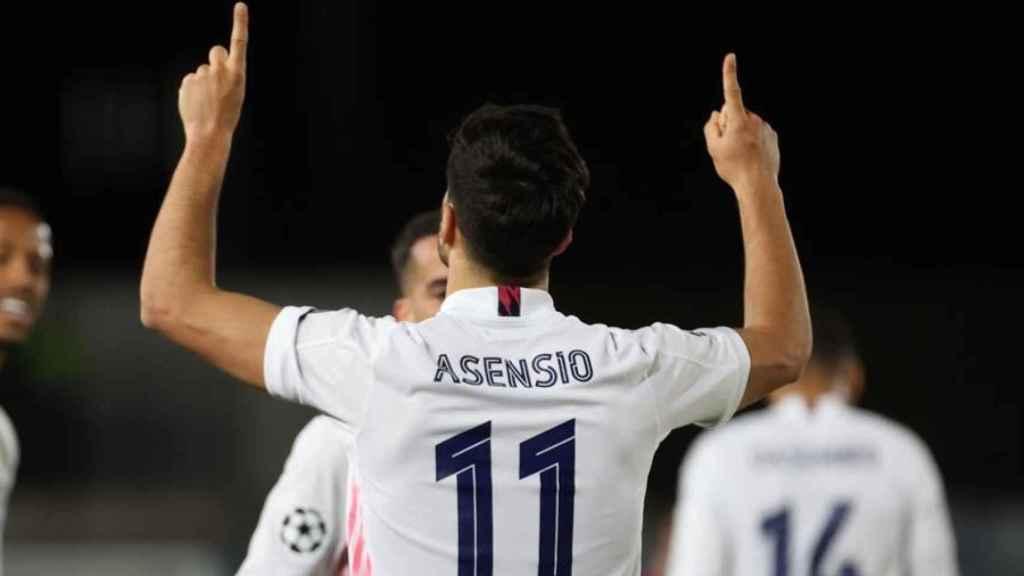 Marco Asensio, con el '11' a la espalda, señala al cielo tras su gol