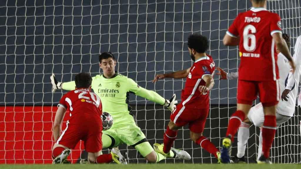 Mohamed Salah marca gol frente a Courtois