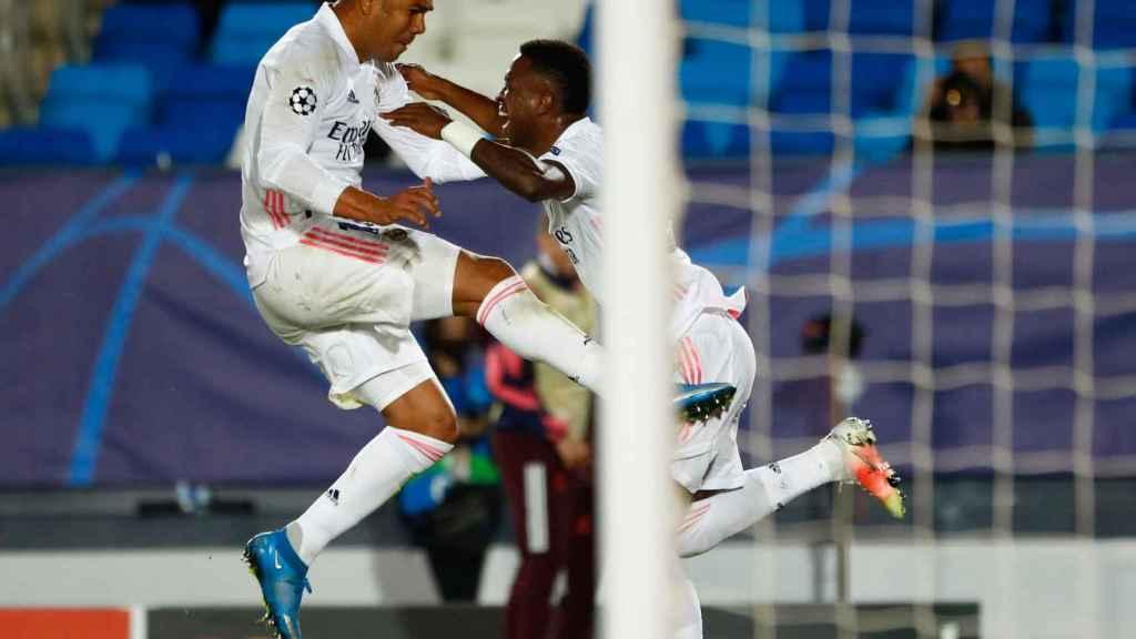 Vinicius celebra su segundo gol al Liverpool, el tercero del Real Madrid