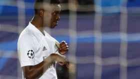 Vinicius se señala el escudo de la camiseta tras conseguir un doblete ante el Liverpool