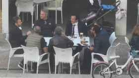El alcalde de Cádiz, José María González 'Kichi', en un bar con seis personas.