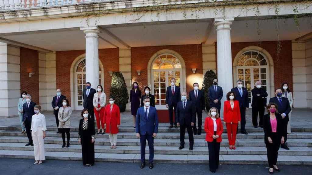 El presidente del Gobierno, Pedro Sánchez, posa con sus ministros para la foto de familia en el Palacio de la Moncloa.