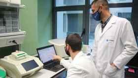 Dos de los investigadores del proyecto, durante una de sus pruebas.