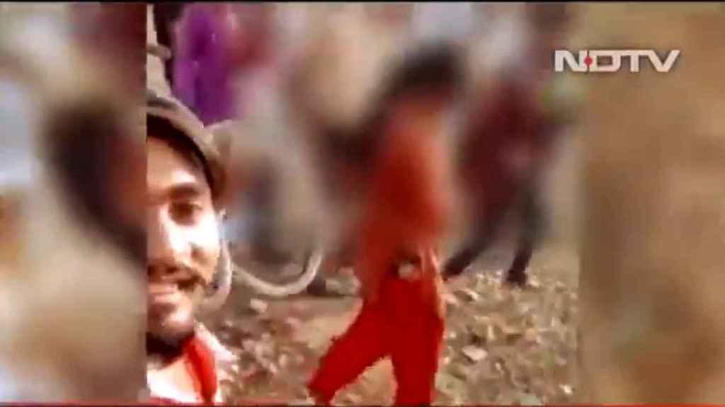Un fotograma del vídeo en el que la joven violada es paseada atada por el pueblo junto a su presunto agresor.