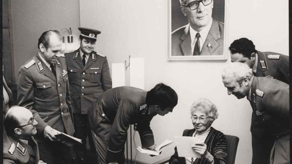 Ursula Kuczynski rodeada de funcionarios del Ministerio para la Seguridad de la RDA.