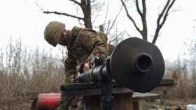Un miembro de las fuerzas armadas ucranianas manipulando un arma en Donetsk.