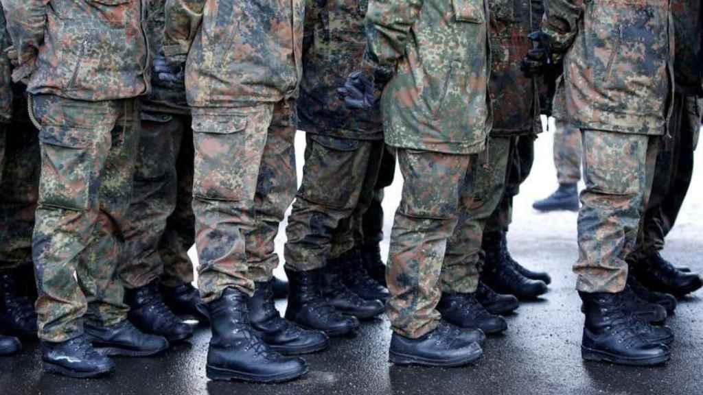 Varios militares.