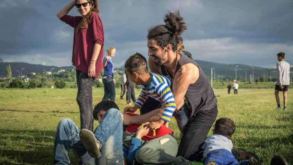 El sevillano Pablo Campos, de 29 años, juega con unos niños durante un voluntariado.