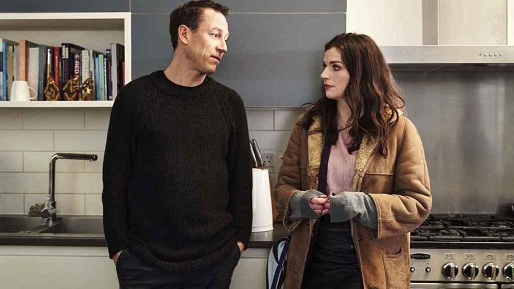 Tobias Menzies y Aisling Bea en 'This Way Up'.