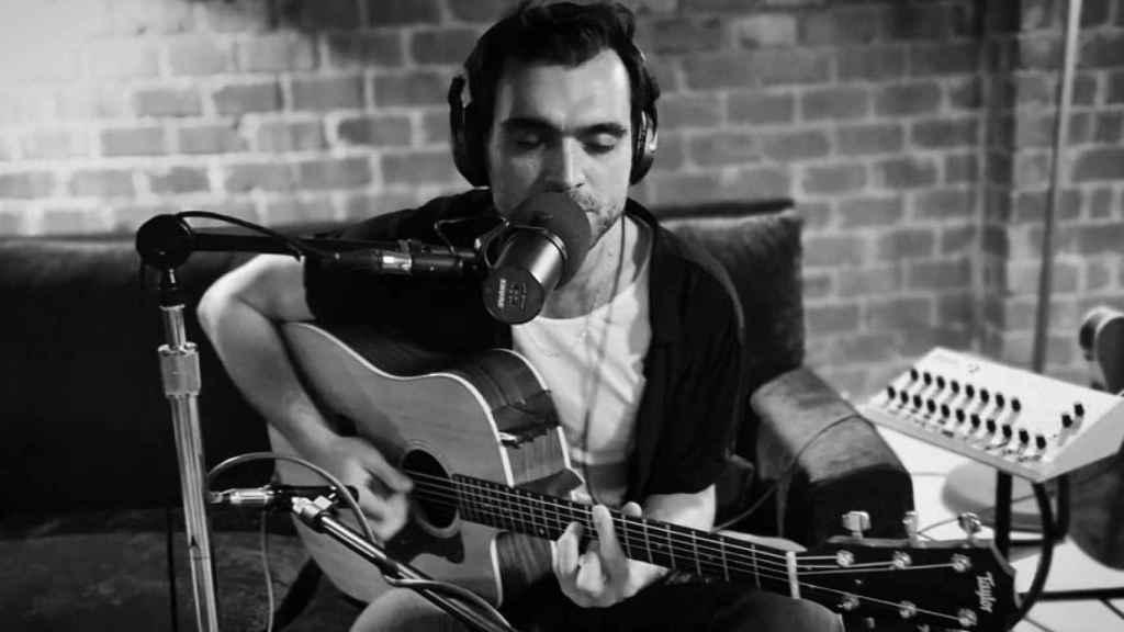 Hakan tocando la guitarra en una imagen de sus redes sociales.