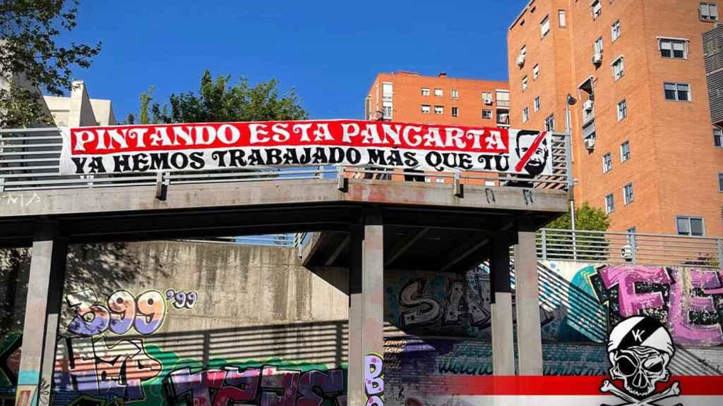 Pancarta en Vallecas horas antes del acto de Vox en este barrio de Madrid. Dani Gago