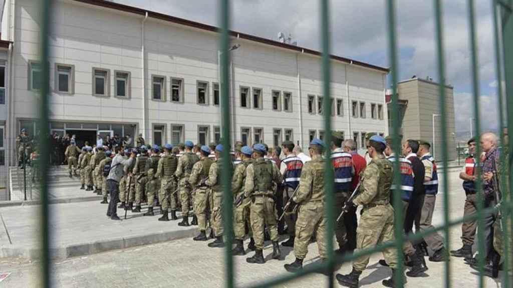 Soldados turcos llegando  al tribunal de la prisión de Sincan.
