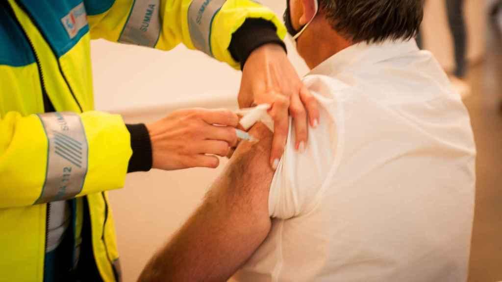 Un paciente recibe la vacuna este martes en el Wanda Metropolitano.