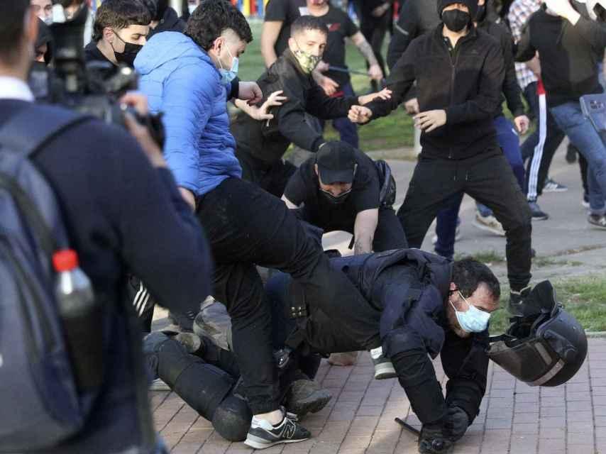 Un subinspector de la UIP es agredido por un grupo de manifestantes.