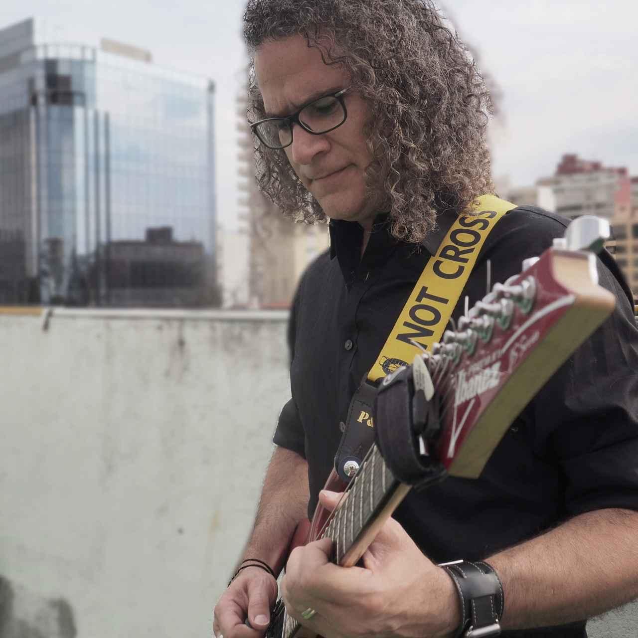 El guitarrista y CTO de la startup, Ricardo Alcocer