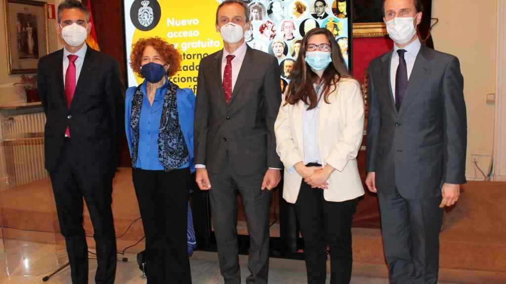 Carmen Iglesias, directora de la RAH, al lado del ministro de Ciencia e Innovación Pedro Duque.