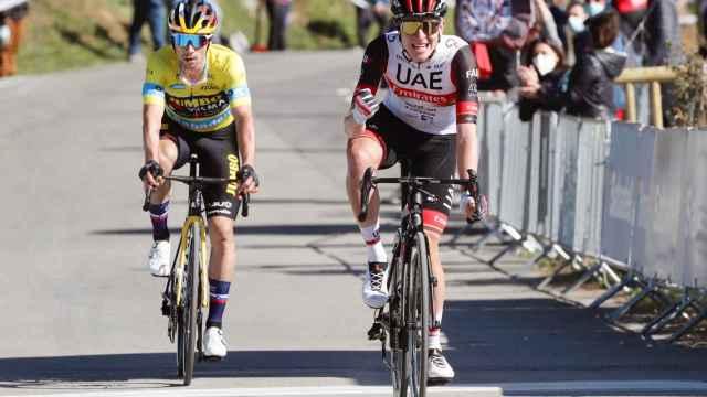 Tadej Pogacar y Primoz Roglic (de amarillo), los dos grandes favoritos en el Tour de Francia que arranca mañana.