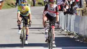 Tadej Pogacar entra por delante de Primoz Roglic en la meta de Ermualde en la Vuelta al País Vasco 2021