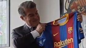 Joan Laporta posa con la camiseta del Barcelona especial para El Clásico