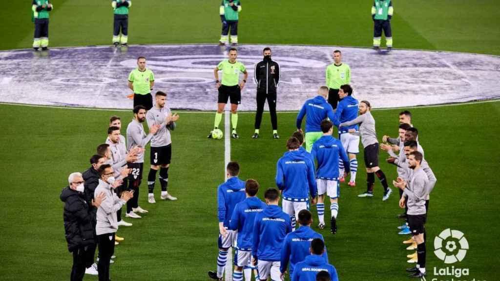 Los jugadores del Athletic hacen el pasillo de campeón a los de la Real Sociedad