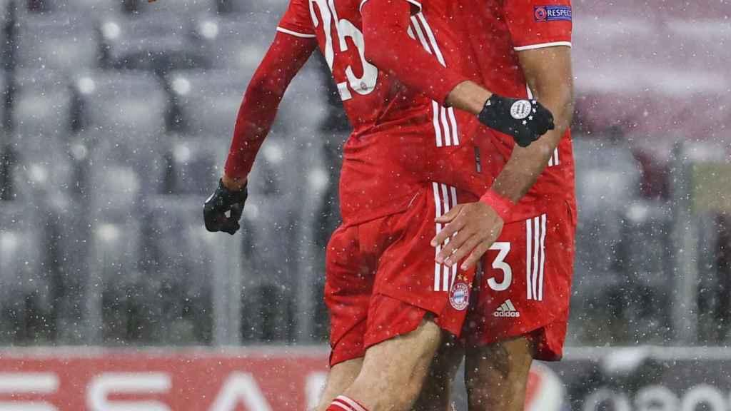 Thomas Müller celebra su gol con Choupo-Moting