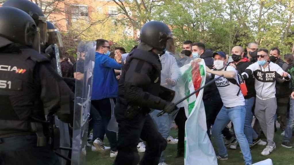 Trifulca entre antidisturbios y manifestantes en el mitin de Vox en Vallecas.
