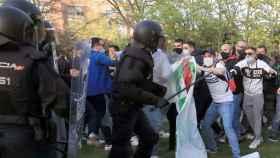 Enfrentamiento entre agentes y manifestantes en Vallecas.