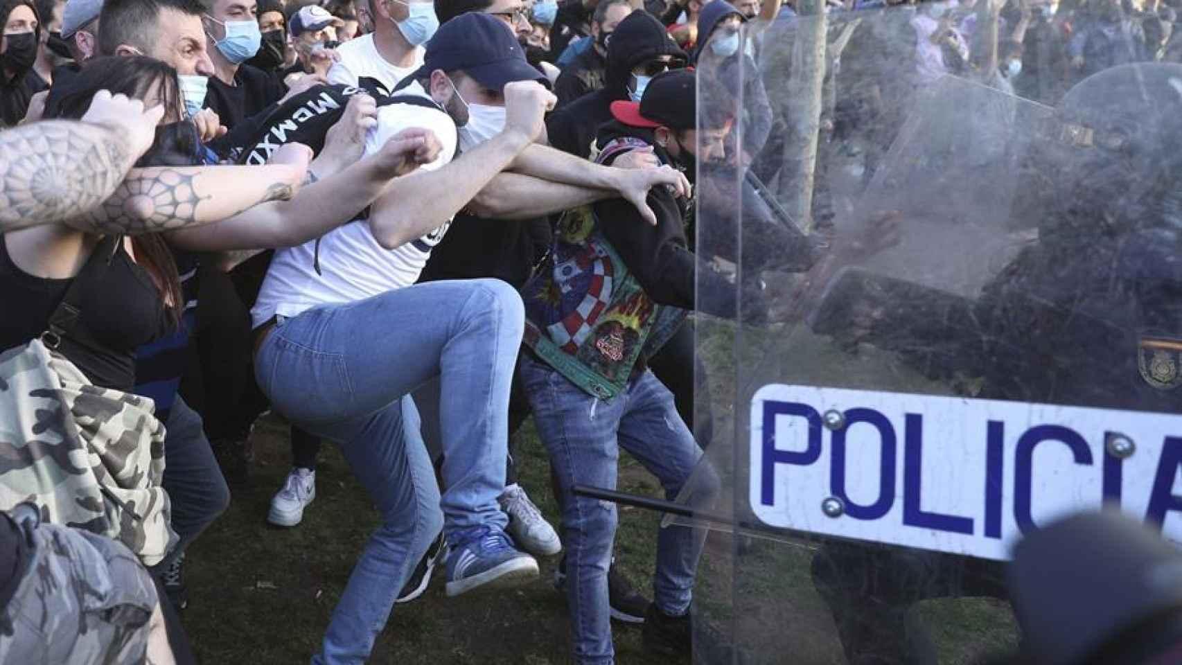 La Policía Nacional ha cargado contra los manifestantes congregados en Vallecas.