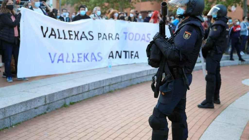 La Policía Nacional frente a los manifestantes en Vallecas durante en el acto de Vox.