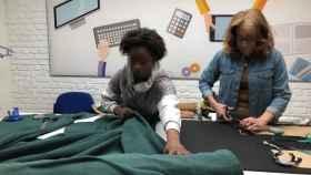 Dos mujeres confeccionan la colección Libre en el taller de APRAMP.