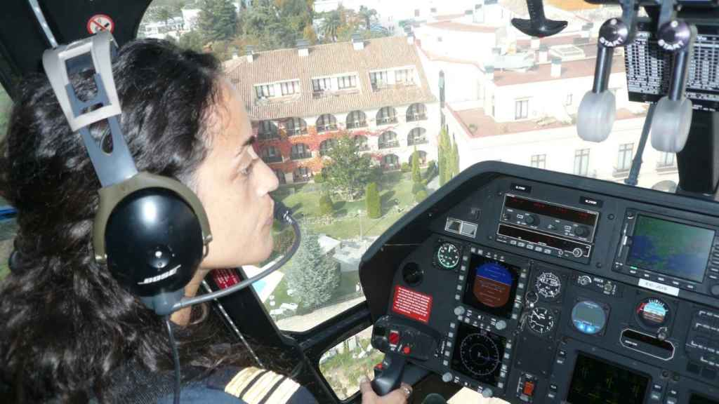 Laura Monclús pilotando un helicóptero Augusta 109 E.