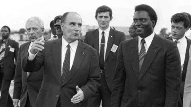 François Mitterrand junto a Juvenal Habyarimana en una visita a Ruanda en 1984.
