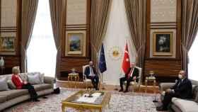 Von der Leyen fue relegada al sofá mientras Charles Michel tenía silla junto a Erdogan